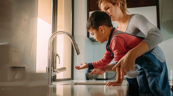 Mutter und Sohn waschen sich die Hände