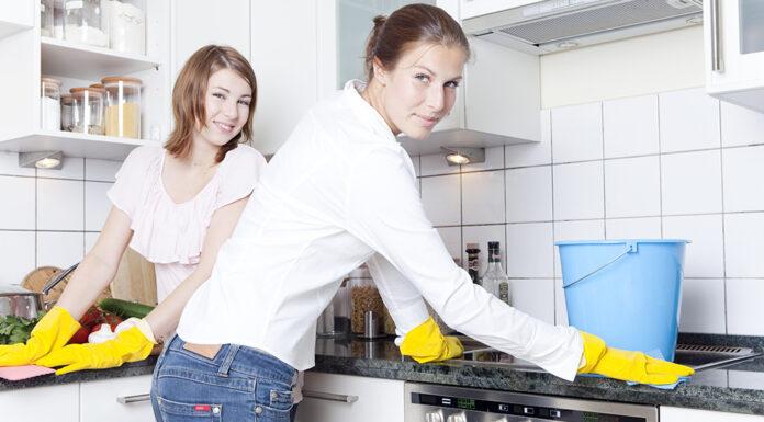 Frauen beim Putzen